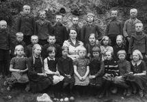 Rosma kool - 2 klass 1936 a. Õpetaja - Erna Kama 3-s all Torop Helju (Austraalias) 7-s all Selma Palginõmm 4-s all pr. Kama